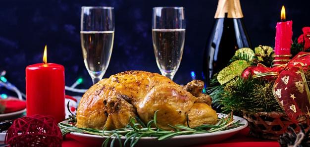 pavo-al-horno-cena-navidad-mesa-navidena-sirve-pavo-decorado-brillantes-guirnaldas-velas-pollo-frito-mesa-cena-familiar_2829-7845